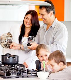 Famille qui cuisine avec l'huile de coco